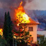 Miles de personas huyen mientras la lava del volcán de La Palma destruye casas